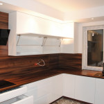 capri górne białe szafki z frontami otwieranymi na podnośnikach w kuchni