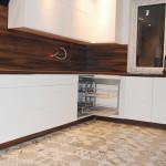 capri meble kuchenne na wymiar białe fronty bukowe obłożenie ściany