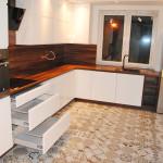 capri nowoczene meble kuchenne białe fronty ciemny drewniany blat