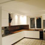capri połączenie jasnych frontów szafek kuchennych z ciemmnym blatem