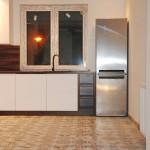capri srebrna lodówka w nowoczesnej kuchni z białymi meblami