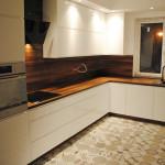 capri zabudowa kuchenna z białymi i lakierowanymi frontami szafek