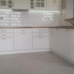 classic stylowe szafki w białych meblach kuchennych