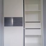 glasser szafa w kolorze białym z półkami wewnątrz