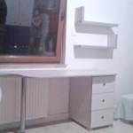 graysszare biurko i półka wisząca na wymiar