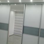 wardrobe oświetlenie halogenowe w suficie przy szafie przesuwnej
