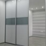 wardrobe szafa przesuwna białe laminowane drzwi z szarym szkłem lakierowanym