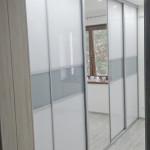 wardrobe szafa z lustrem i szarymi drzwiami